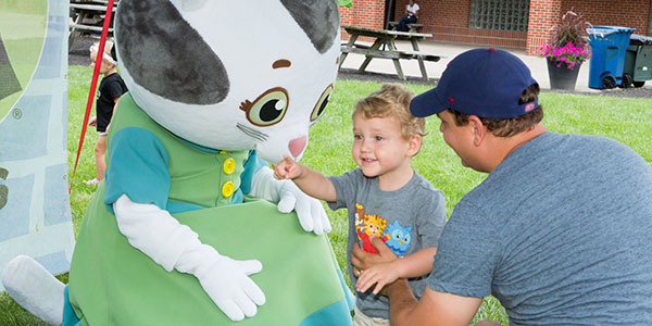 Katerina Kittycat from Daniel Tiger's Neighborhoods meets a boy at the 2017 Ohio State Fair.
