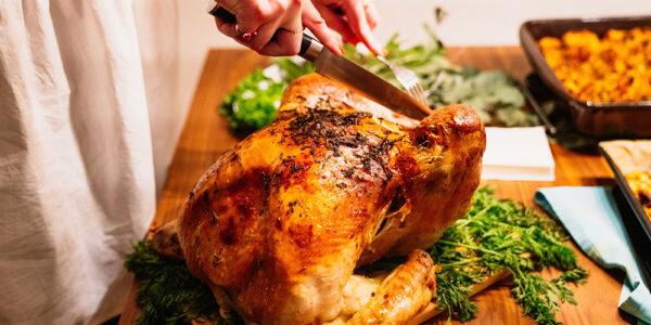 Thanksgiving turkey carving CLAUDIO SCHWARZ / UNSPLASH